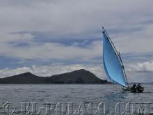 lodz rybacka plynaca ku jednej z wysp